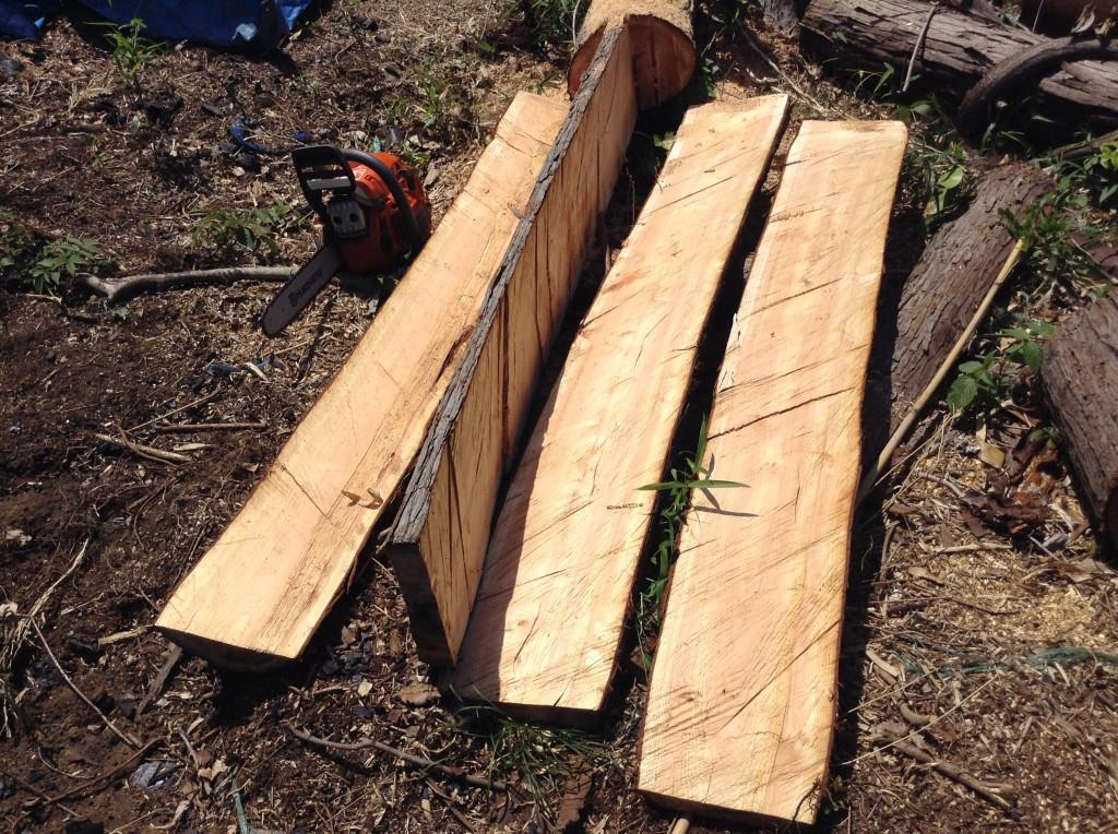 チェーンソーで切り出した檜の板